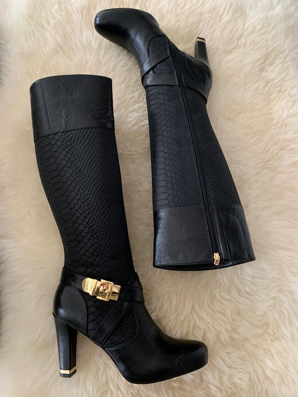 Bota bico redondo cano longo salto alto com detalhe dourado salto