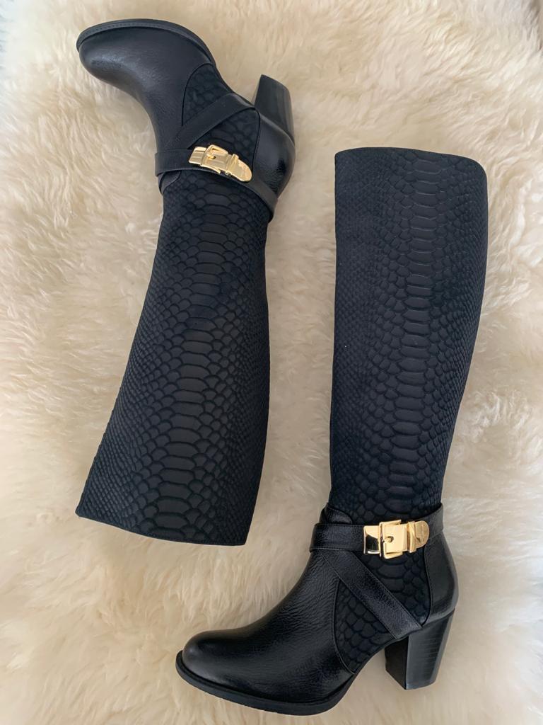 Bota cano longo bico redondo salto médio com detalhe fivela dourada