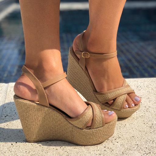 Sandália anabela alta com tira ráfia