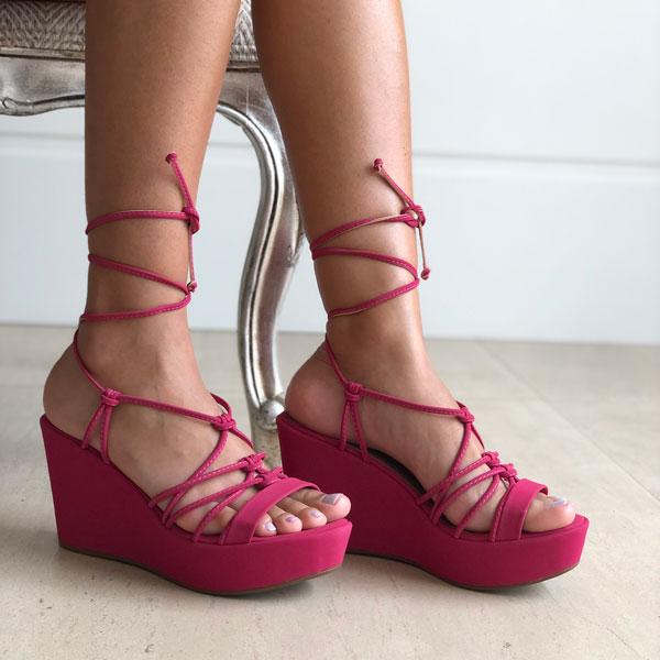 Sandália anabela alta com tiras e amarração