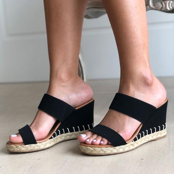 Sandália anabela altura alta com tiras largas