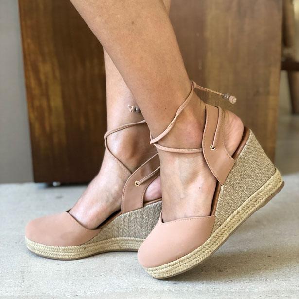 Sandália anabela altura média com amarração calcanhar
