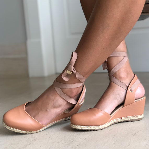 Sandália anabela altura média com frente fechada e amarração