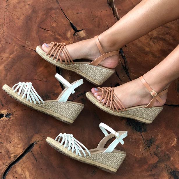 Sandália anabela altura média com tira fina
