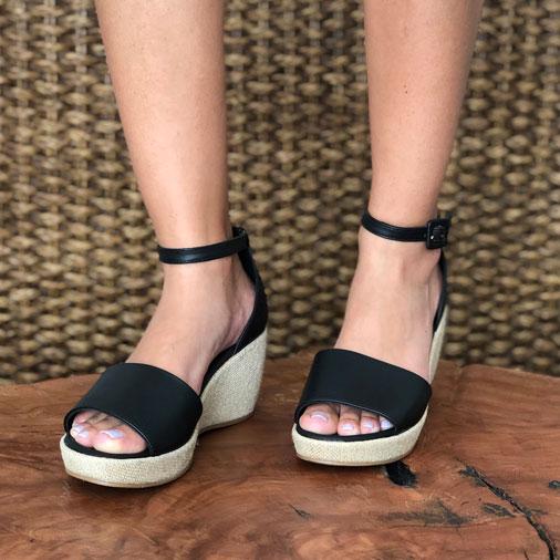 Sandália anabela altura média com tira larga