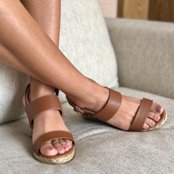 Sandália anabela altura média com tiras