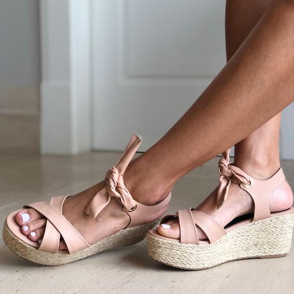 Sandália anabela altura média com tiras largas e amarração