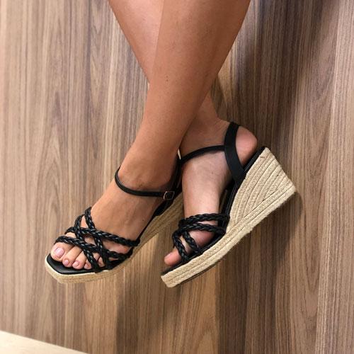 Sandália anabela com detalhe trançado