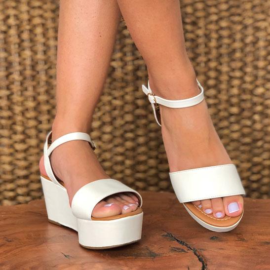 Sandália anabela com tira larga altura média