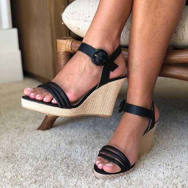 Sandália Anabela com tiras amolfadadas