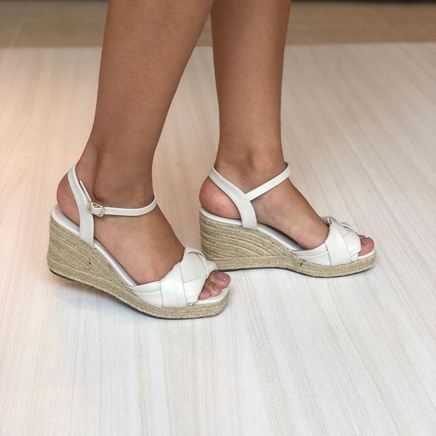 Sandália anabela com tiras torcidas