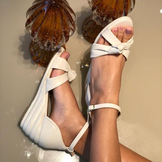 Sandália Anabela conforto com tiras amolfadadas