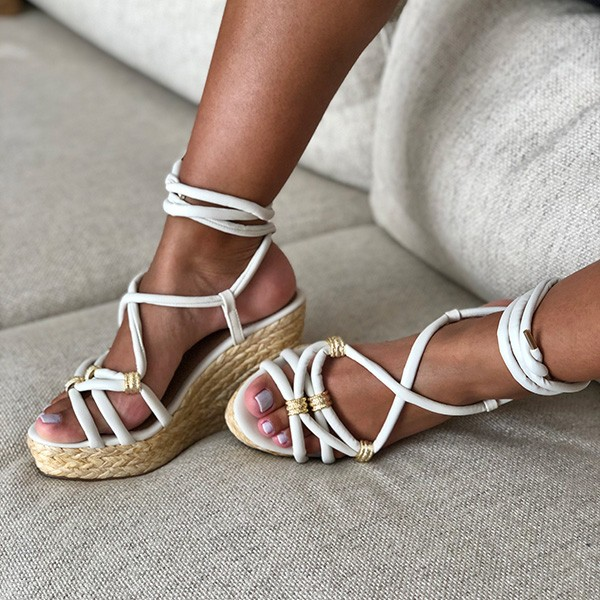 Sandália Anabela Espadrille com tiras e enfeite dourado com amarração tornozelo