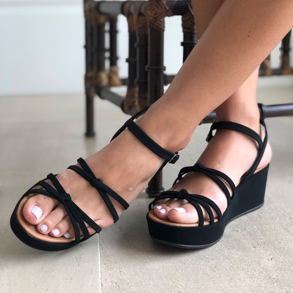Sandália anabela plataforma com tiras finas e detalhe nó