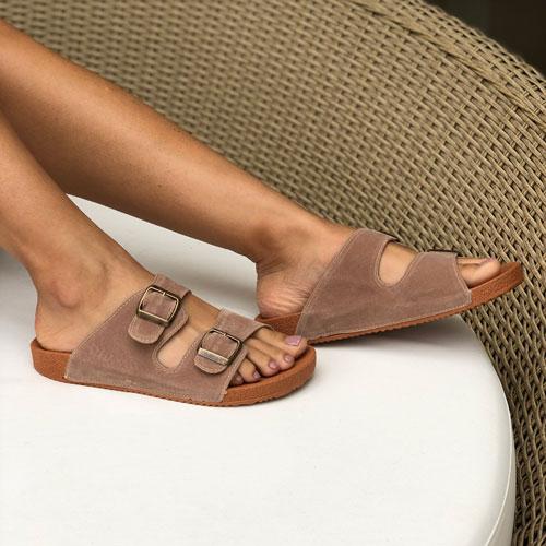 Sandália Birken Confort com tiras largas e fivelas