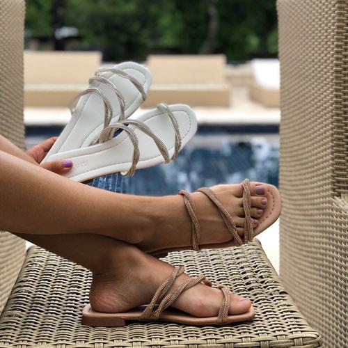 Sandália chinelo com tiras strass entrelaçadas