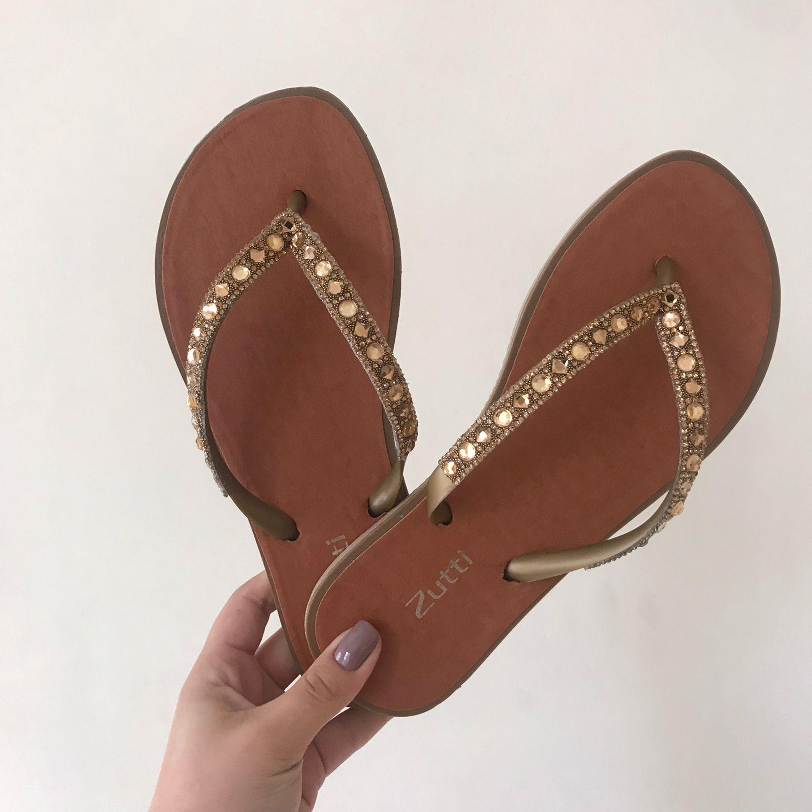 Sandália chinelo rasteira com tiras em  brilho