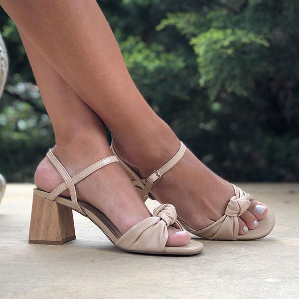 Sandália Clássica com salto grosso médio com tiras e detalhe nó