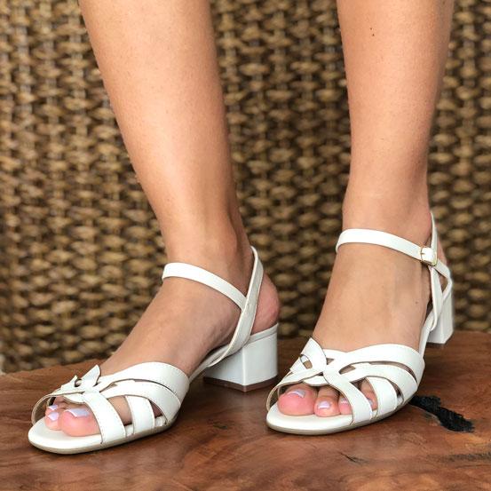 Sandália clássica com salto médio grosso
