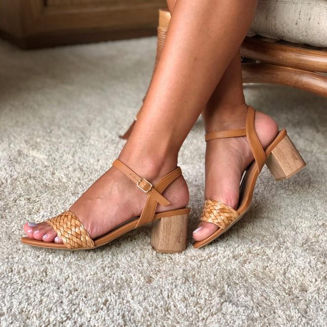 Sandália Clássica com salto médio grosso com tiras em tressê