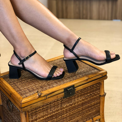 Sandália clássica salto médio com tira