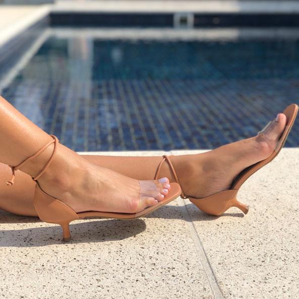 Sandália com tira vinil salto fino médio