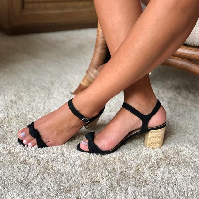 Sandália com tiras finas com detalhe nó salto grosso médio