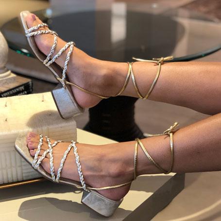 Sandália com tiras trançadas e amarração perna
