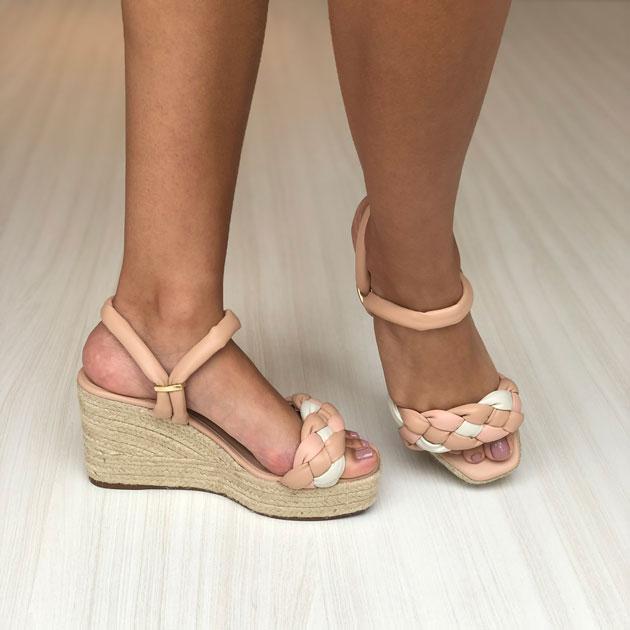 Sandália e tamanco anabela com tranças soft