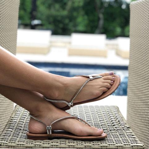 Sandália e Tamanco rasteira com regulagem e tira strass