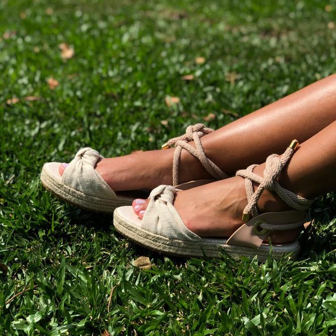 Sandália Flatform com tiras com detalhe em nó e amarração