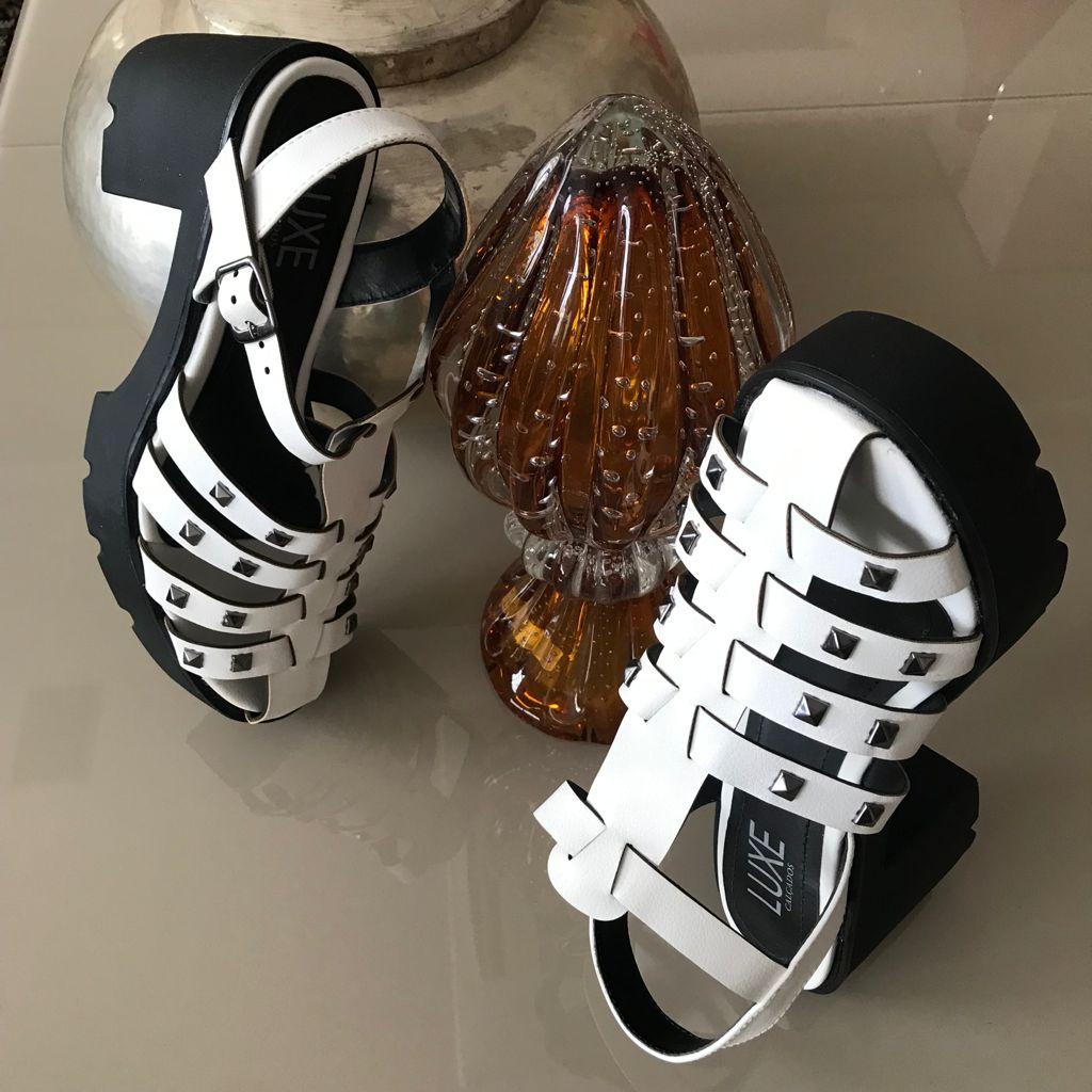 Sandália meia pata com tiras e apliques