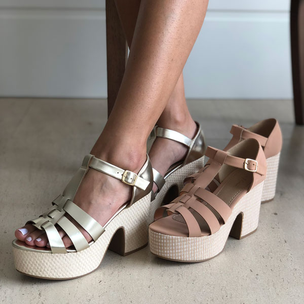 Sandália meia pata plataforma com tiras largas e calcanhar fechado