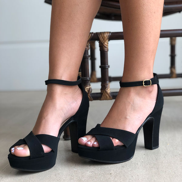 Sandália meia pata salto alto com calcanhar fechado
