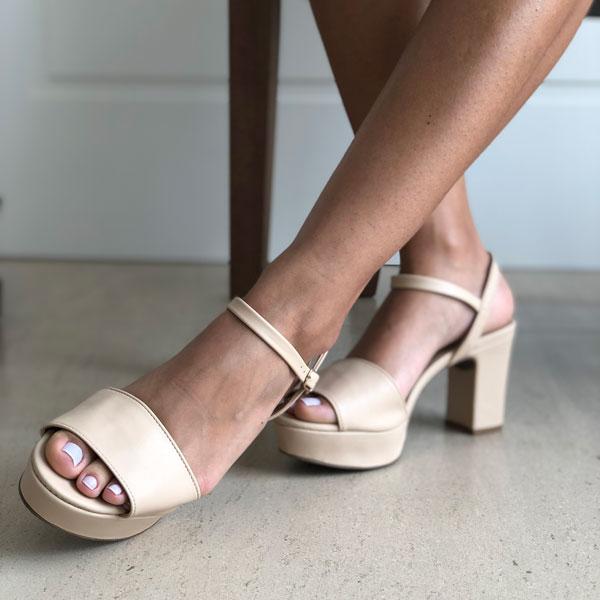 Sandália meia pata salto médio com tira larga