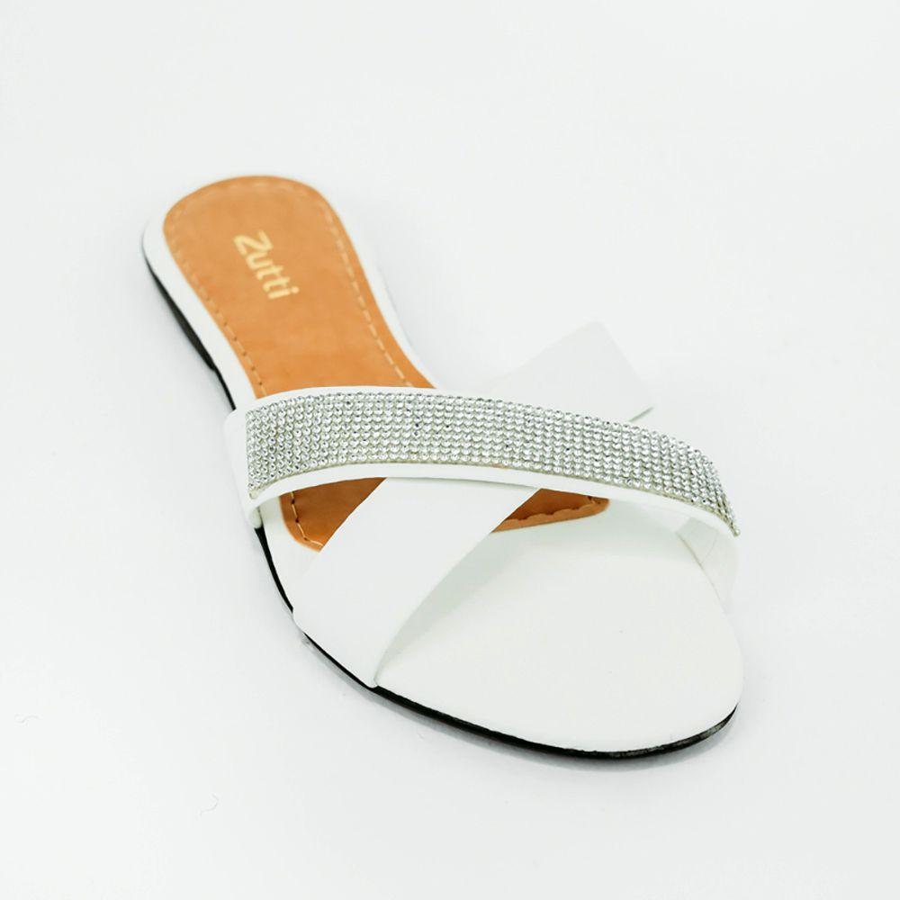 Sandália rasteira com tiras largas e detalhe em malha strass