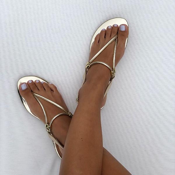 Sandália Rasteira c/ tiras finas e enfeite dourado