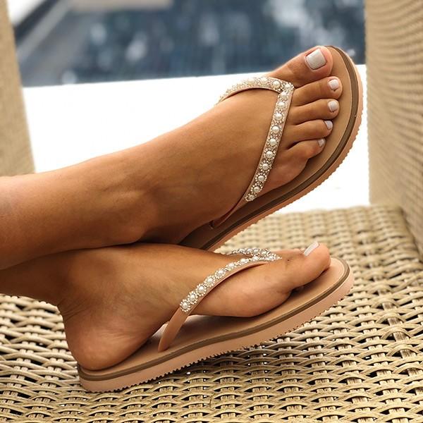 Sandália chinelo rasteira com tiras em pedrarias