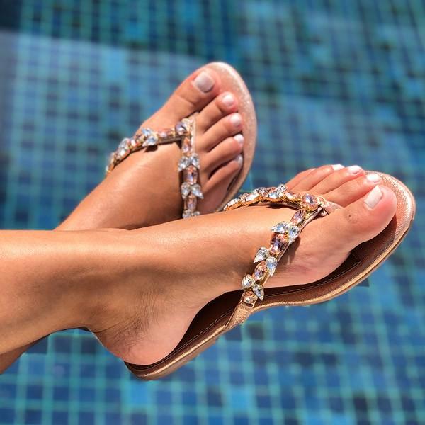 Sandália Rasteira Chinelo com pedrarias cristal e rose