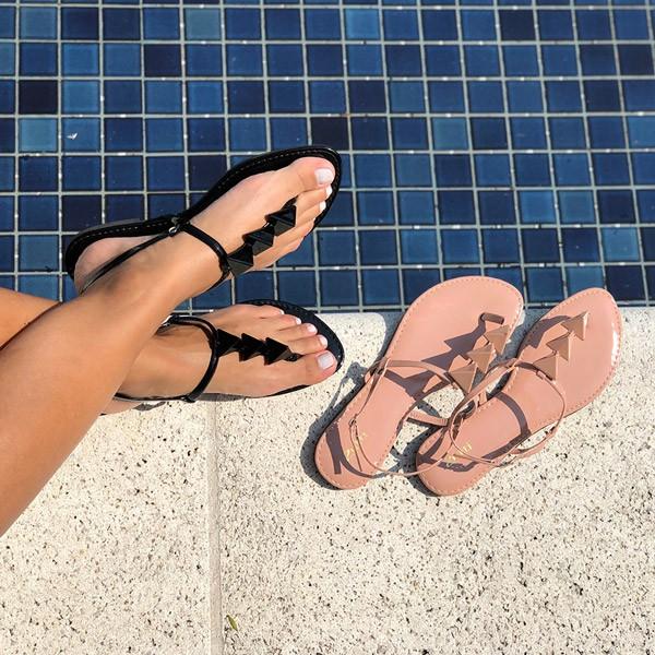 Sandália Rasteira Chinelo com tira e enfeites triângulos