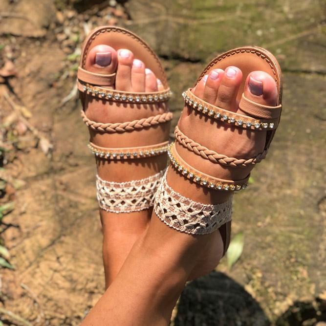 Sandália Rasteira Chinelo com tiras com trançados e strass