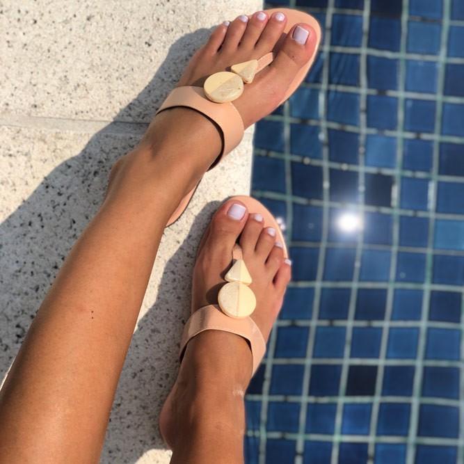 Sandália Rasteira Chinelo com tiras e enfeites geométricos