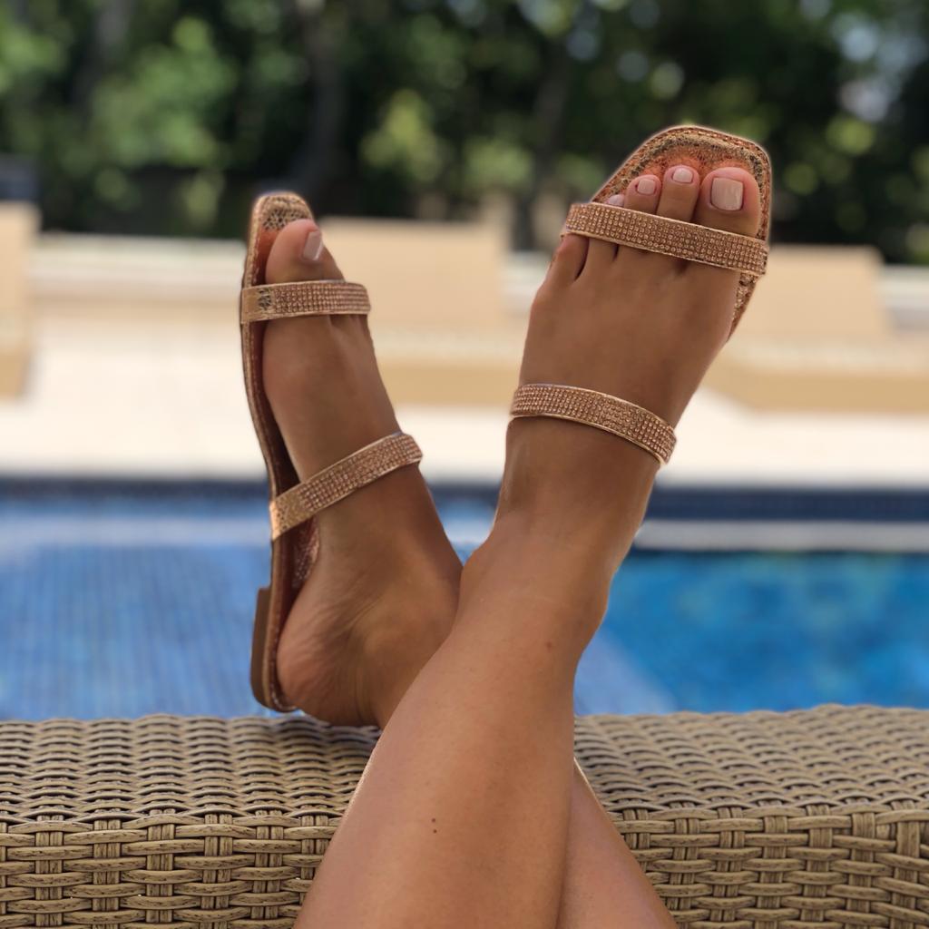 Sandália rasteira chinelo com tiras strass