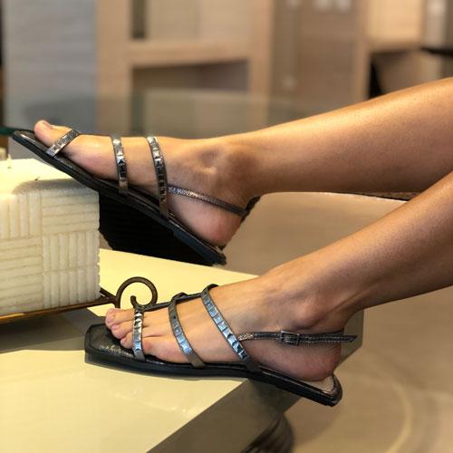 Sandália rasteira com apliques