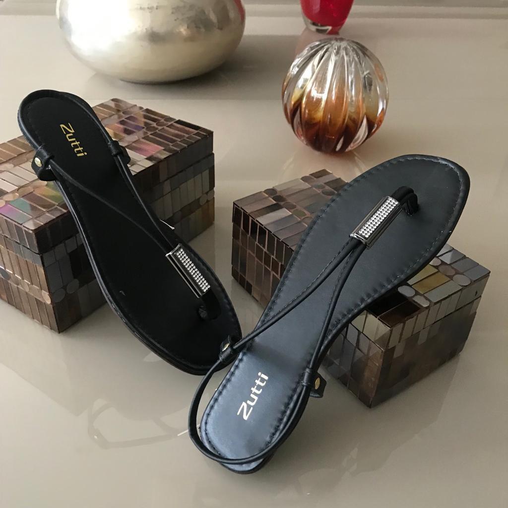 Sandália rasteira com detalhe de bilho