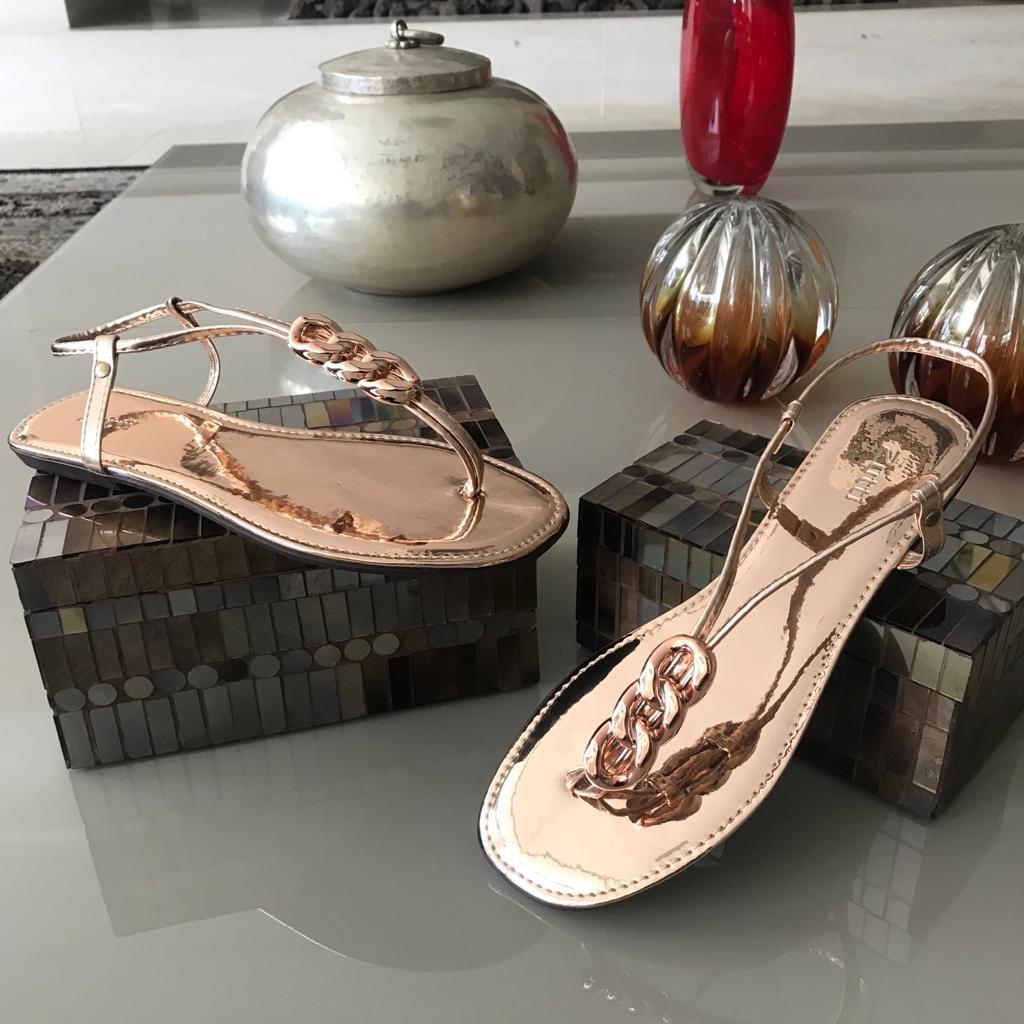 Sandália rasteira com detalhe de correntes