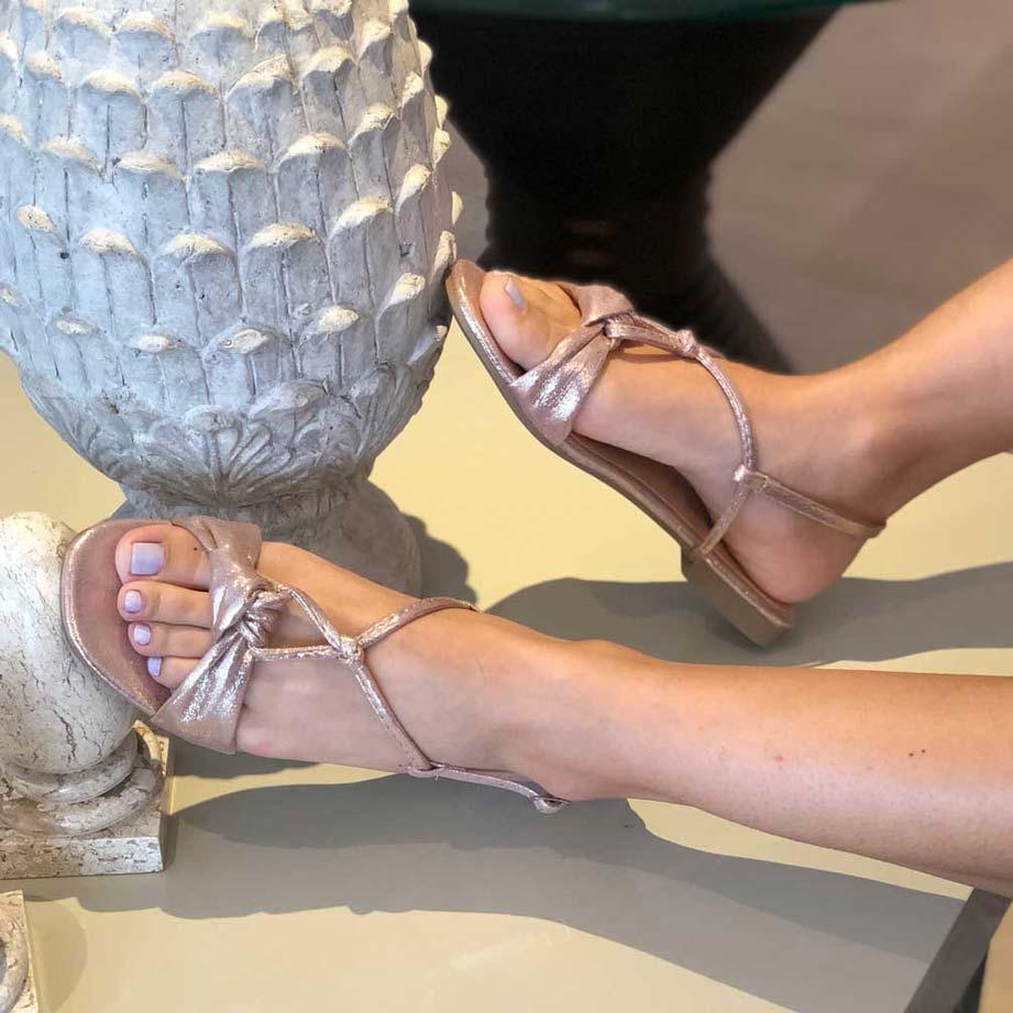 Sandália rasteira com detalhe de laço