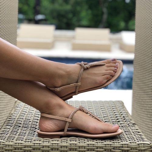 Sandália rasteira com detalhe nó marinheiro em tira strass