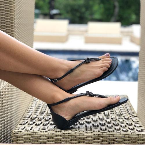 Sandália rasteira com detalhe nó marinheiro em tira strass e calcanhar fechado