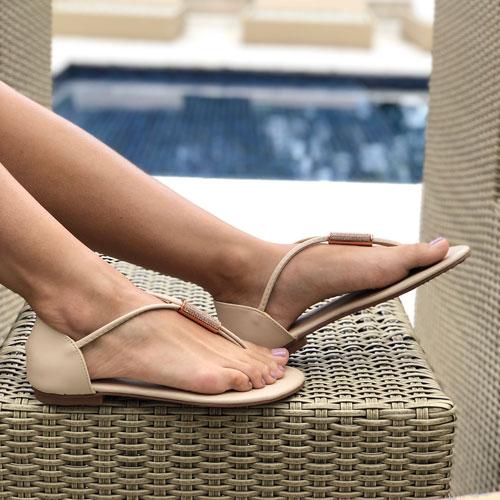 Sandália rasteira com detalhe strass com calcanhar fechado